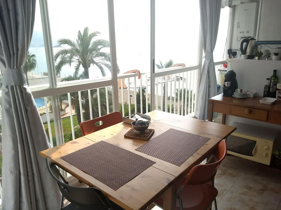 dinning table five-meter wide wall-to-wall window overlooking the sea view.