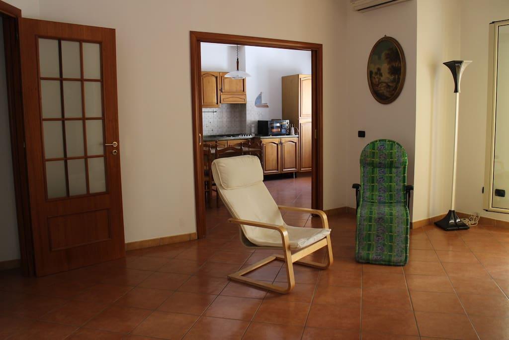 ingresso soggiorno e cucina e accesso al balcone con vista mare