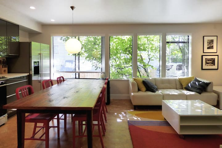 Modern + Cozy Eastlake/Lake Union 2BR Apartment