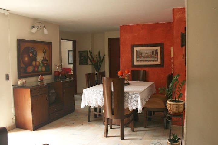 Habitación con ambiente familiar en Medellín