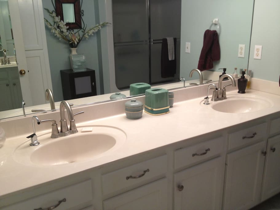 Double-sink large bathroom for your own private use