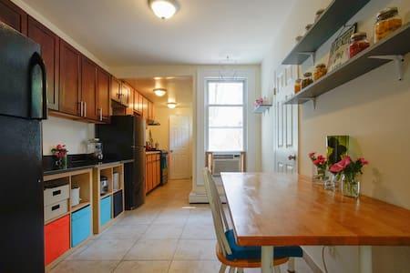 Astoria Farmhouse: Coffee and yard! - Appartamento