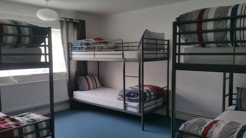 THE QUEENS HOSTEL , 6 BED MIXED DORM C