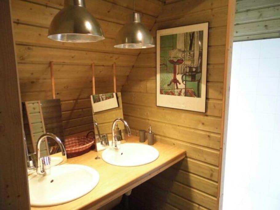 Douche et toilettes indépendantes