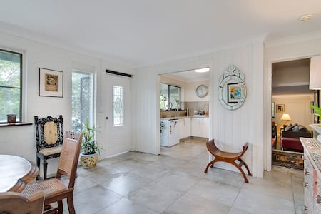 Oceans15 is a very spacious self contained ground floor apartment . It overlooks an established garden that is a flurry with abundant birdlife. It is only 4 mins to Splendour & 6 mins to Blues Fest site. Shopping centre & beaches & river close by.