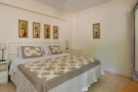 St.Thomas B&B-- The Garden Suite - Athena - Bed & Breakfast