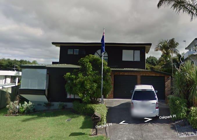 9 Oakpark Place, Auckland. - Auckland - Villa