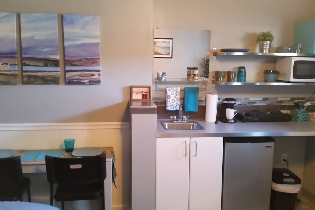Nice Kitchenette with refrigerator and dishes