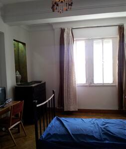 Room in shared flat, nice view on the nile and on a crowded place. Near to Zamalek and good public transportation nearby