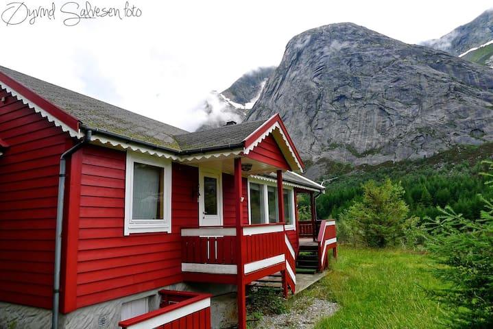 Klatrehytte nær Ulvanåso, Uskedalen - Trolltunga - Kvinnherad - Houten huisje