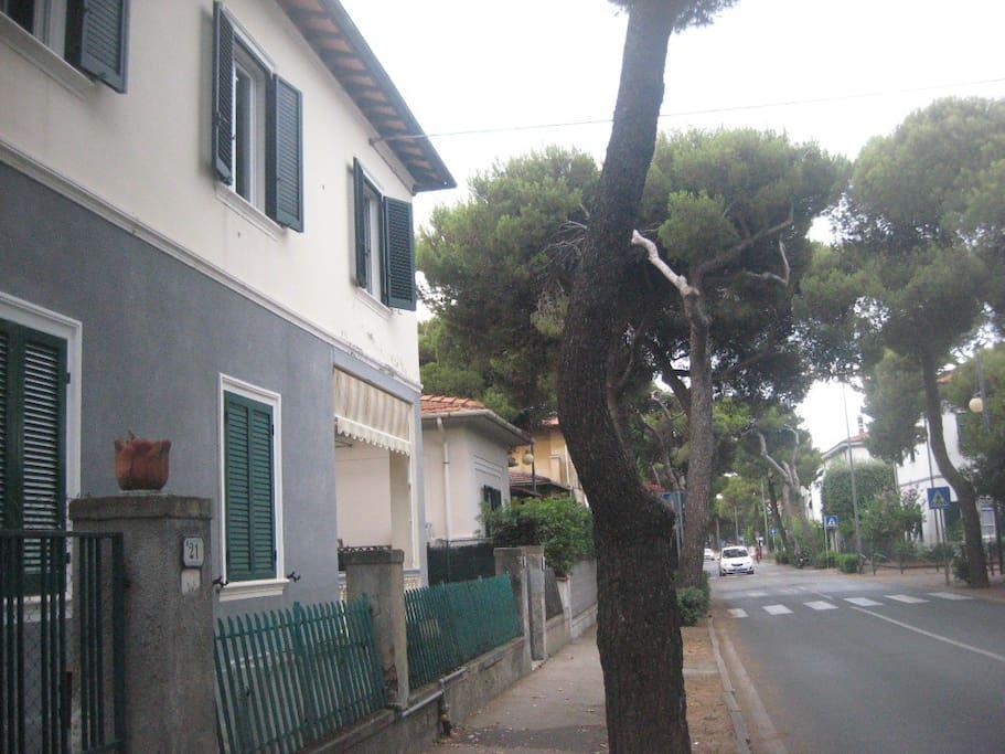 strada davanti alla villetta