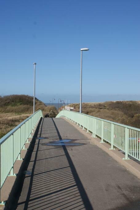 A proximité de la plage et des dunes via une passerelle