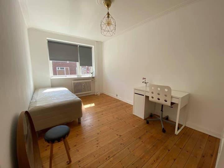 Cozy and bright room in gentofte