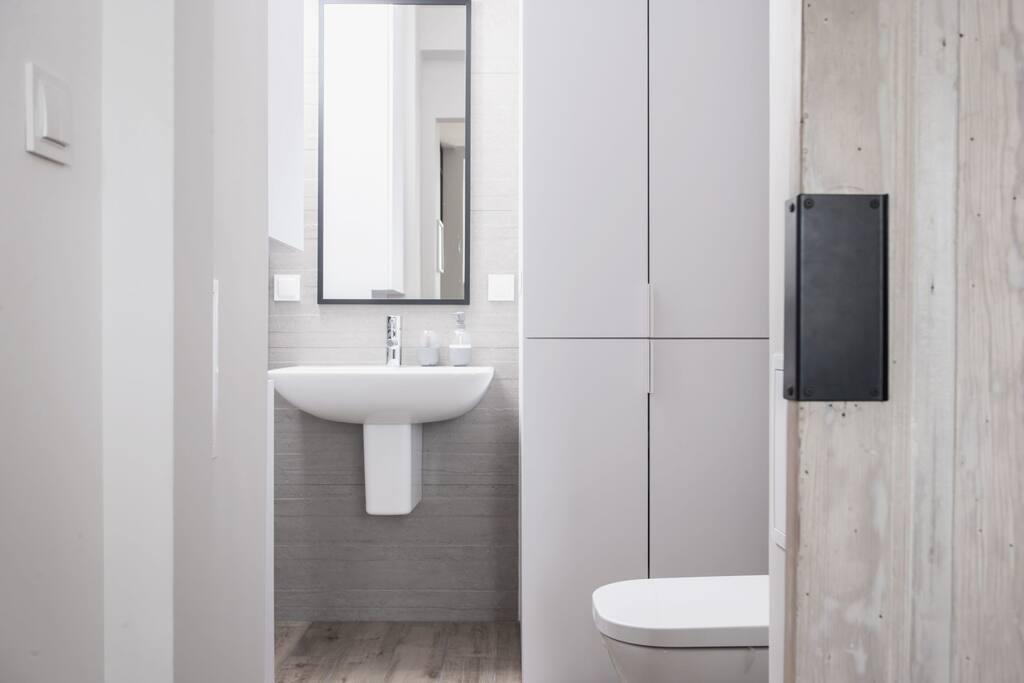 łazienka z pralką i suszarką