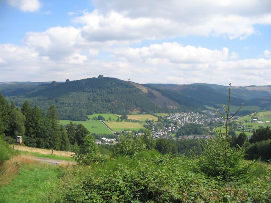 Het dorpje Bruchausen omringd door de hoogst bergen van het Hoch Sauerland.