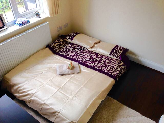 Private room with double bed - Birstall - Hus