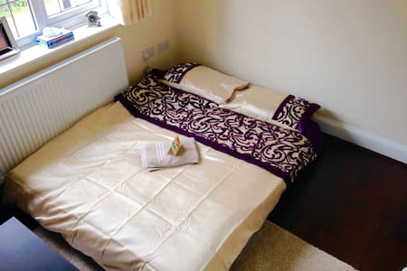 Private room with double bed - Birstall