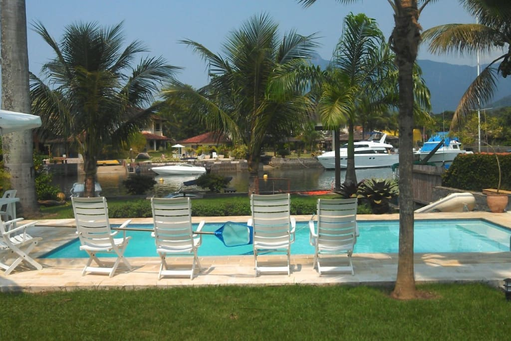 piscina e vista do canal