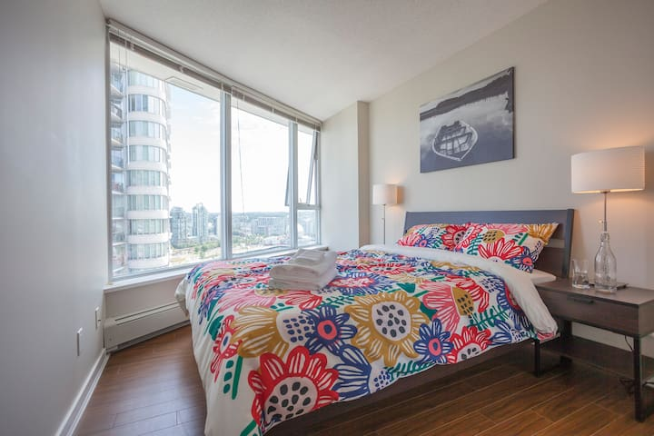 Spacious bedroom downtown with full amenities