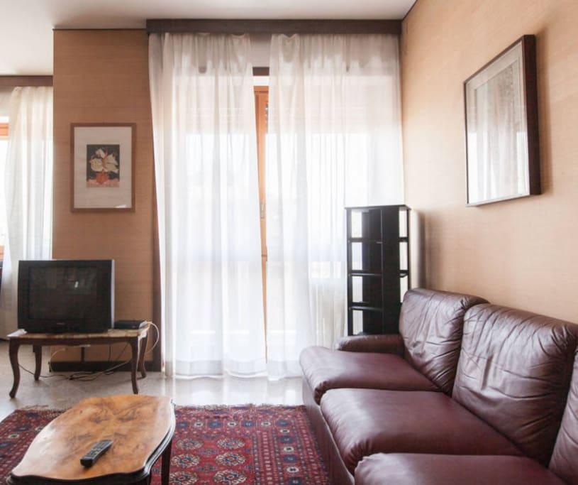 Salone doppio con pianoforte e aria condizionata, balcone