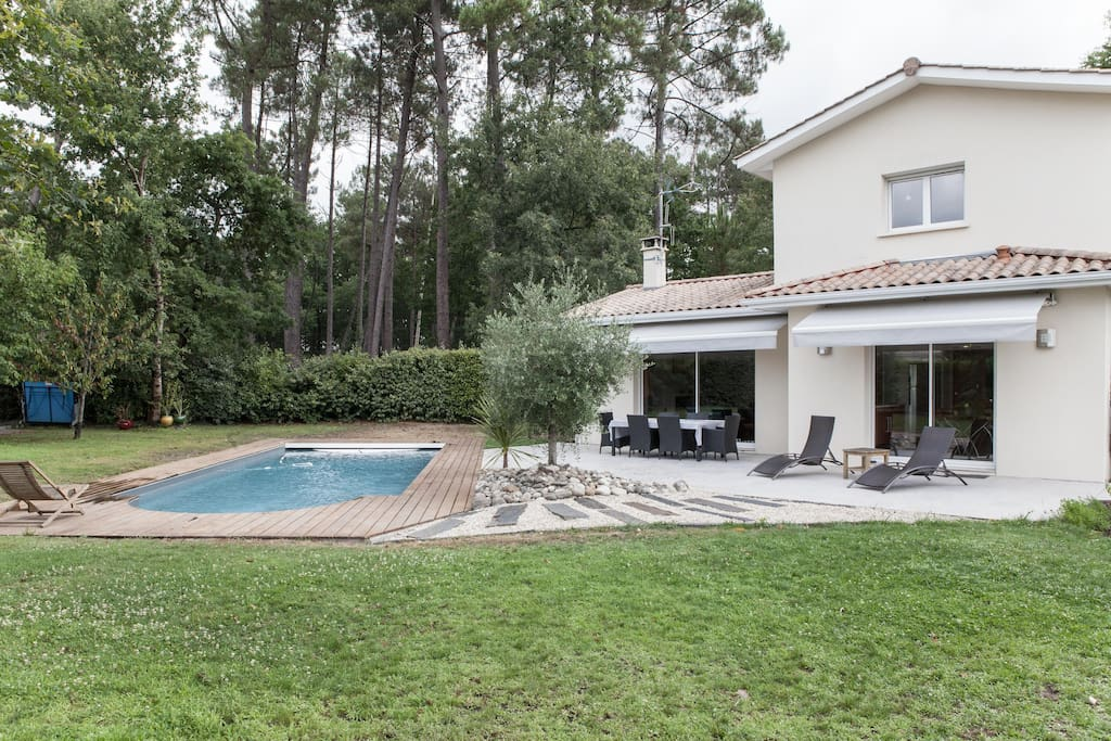 Villa near bordeaux with pool houses for rent in saint for Entretien jardin saint medard en jalles