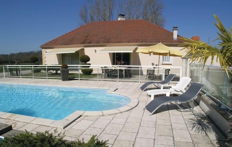 Holiday cottage with 3 bedrooms on 136 m² in Pazayac