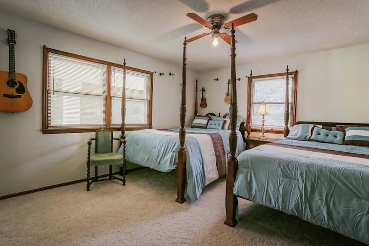 Colonial Beauty - 2 beds and private bath - Omaha - Ev