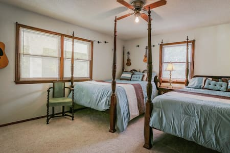 Colonial Beauty - 2 beds and private bath - Omaha - Rumah