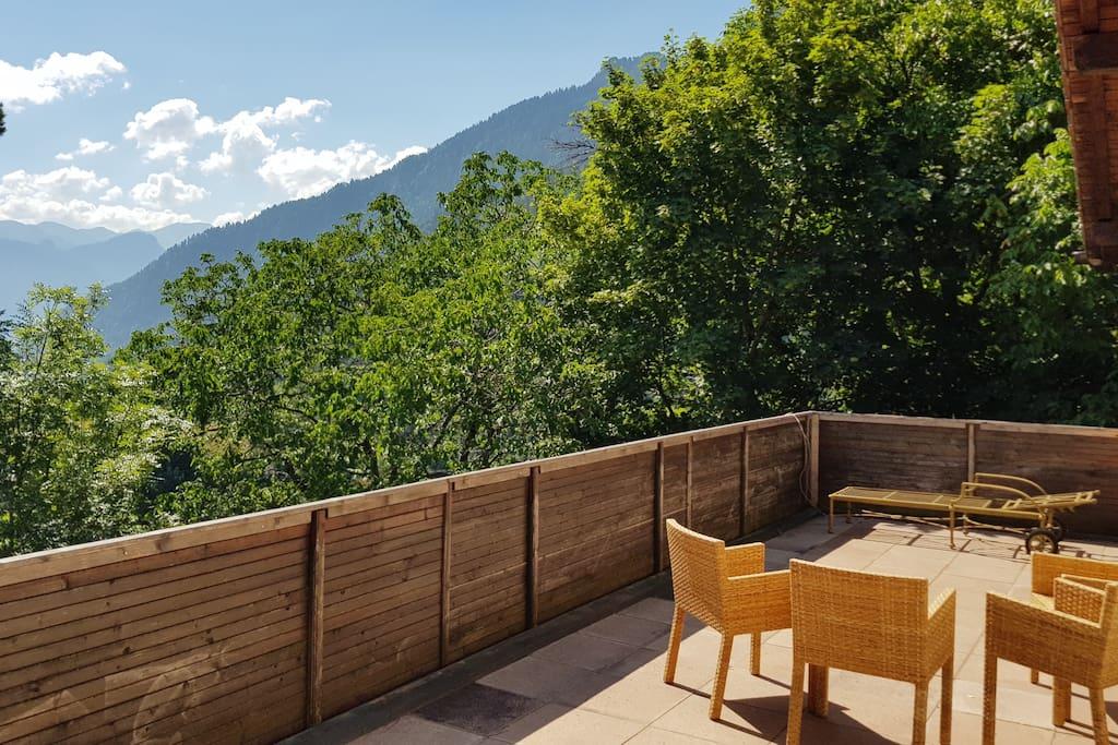 Terrasse mit einem Tisch und 4 Stühlen