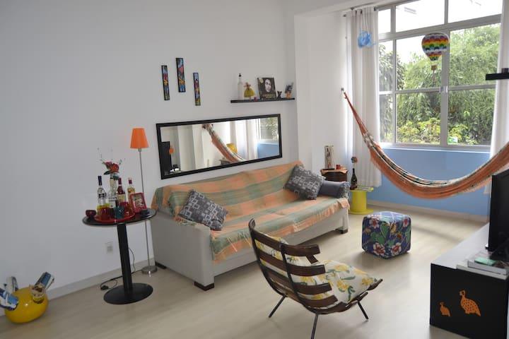 Espaços confortáveis amplos e arejados com uma decoração alegre e bem brasileira
