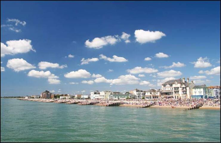 The shoreline of Bognor, with many cafes and restaurants, a stones throw from the cottage.