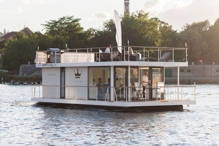 Vítáme vás na unikátním houseboatu - Praha - Barco