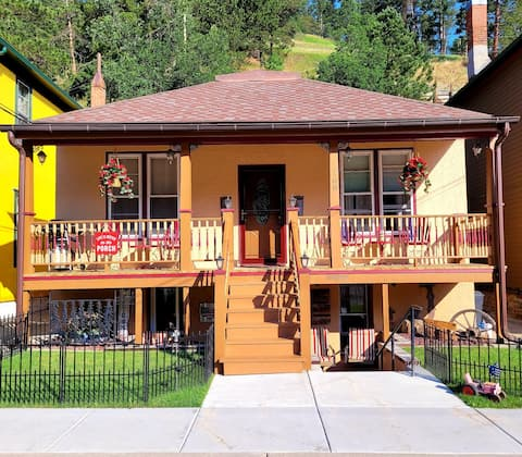 COZY, PERFECT FOR COUPLES, ON MAIN STREET DEADWOOD