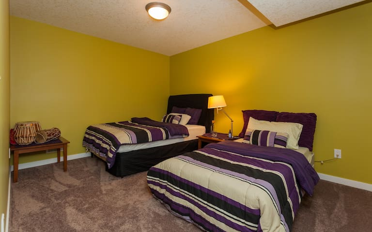 Our family welcomes yours! Private 1 bedroom suite - Calgary - Casa