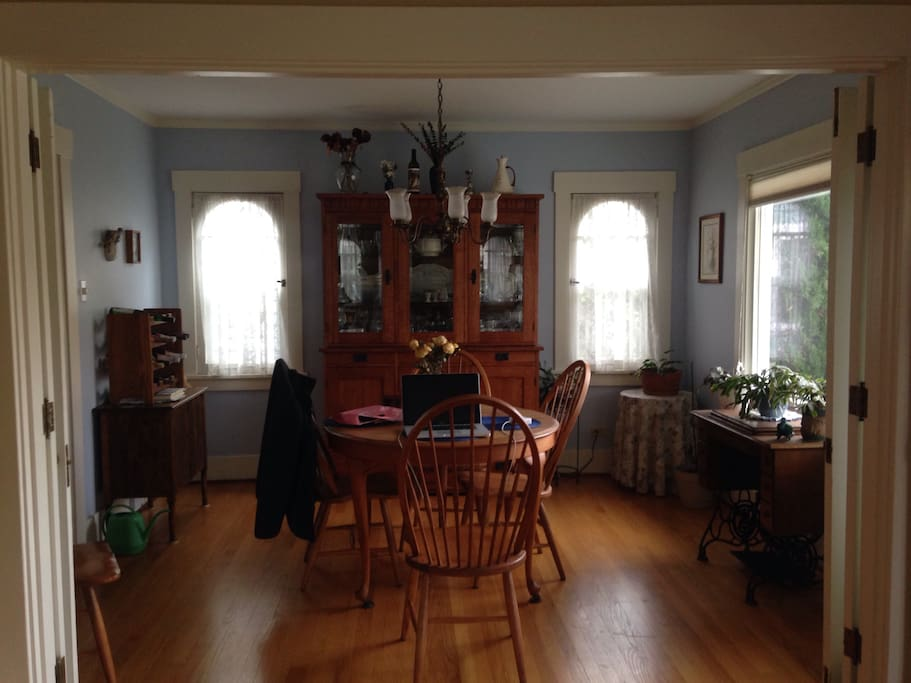 Dining room seats 4 to 5 guests