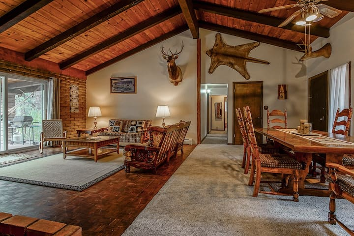 Serene, Spacious 4 BR Cabin / Forest Scenery / Central Location!