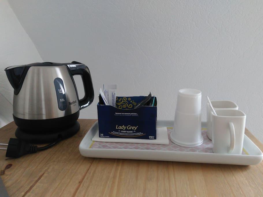 Bouilloire, thé & café à disposition dans la chambre