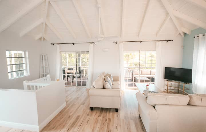 The Caicos House -5 mins to the Beach  & Dining!