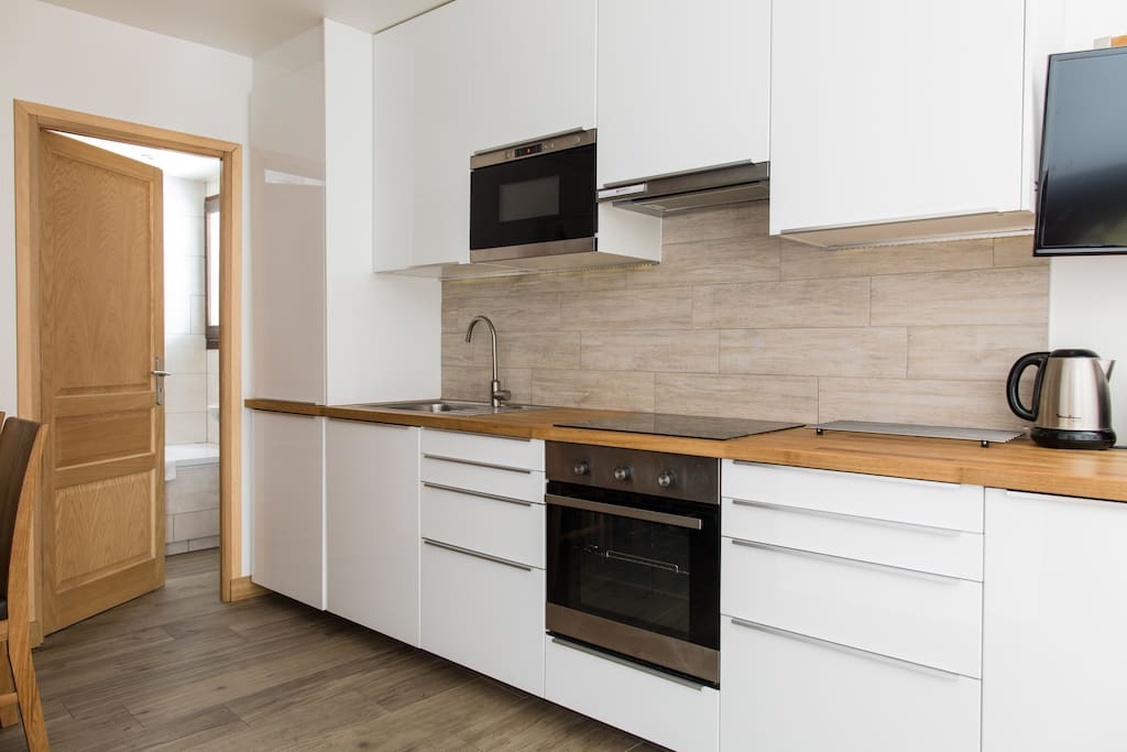 The fully equipped kitchen with full-size oven & microwave
