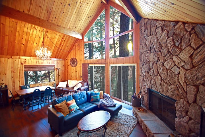 'Glimmer Chalet'  View Lake Arrowhead in treetops