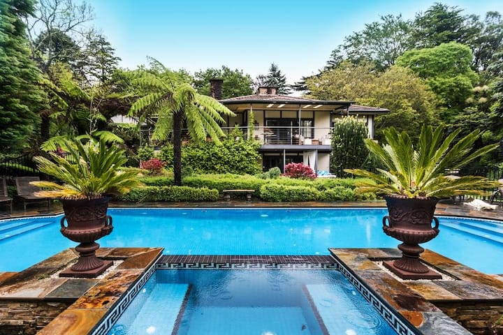 Hollywood Hills Glamour in Sherbrooke Forest
