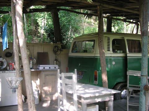 Romantické kempovanie skryté v lese v Taliansku