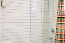 Pour plus de commodité, nous avons construit une 3 ème salle de bain complète. Située au sous-sol, elle est parfaite pour vous rafraîchir avant ou après une longue  journée