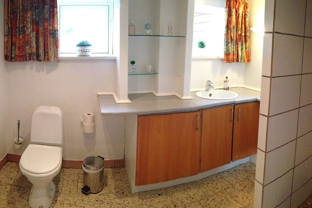 Dejligt stort badeværelse med gulvvarme. Det er fælles med ialt 3 værelser.