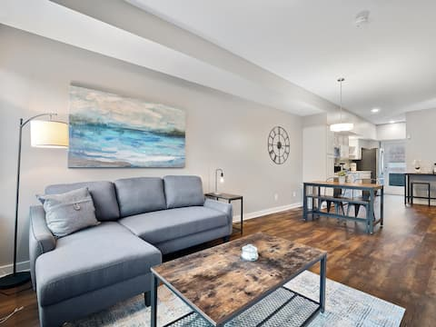 Luxury TownHome, Heart of Downtown - 2 Car Private Garage