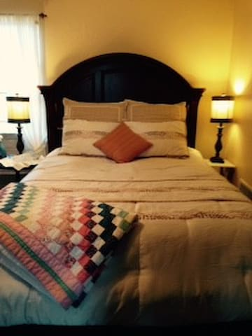 cozy, comfortable private room. - Fayetteville - Huis