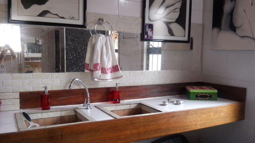 Banheiro Quarto 1 (suíte) espaçoso