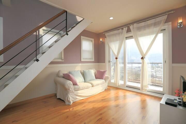 화려하지 않은 심플한 디자인의 커플형 객실 별무리 객실
