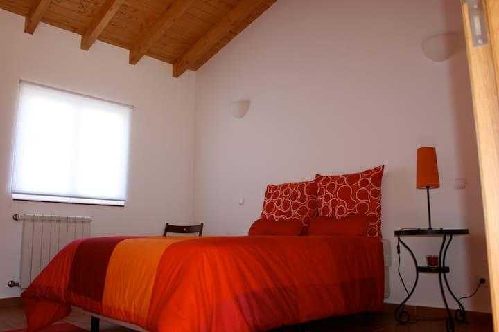 Bedroom 2: 1 Queen size bed