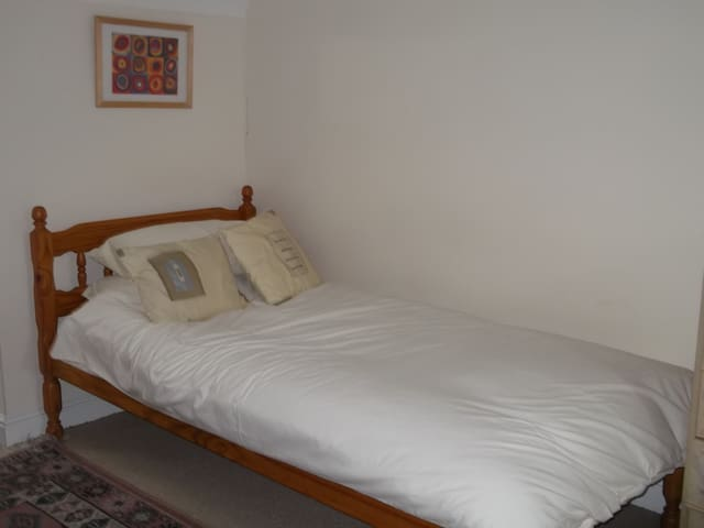 A large bedroom with ensuite shower - Kesgrave - Inap sarapan